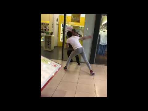 Посетителя торгового центра в Рязани избили и выгнали охранники