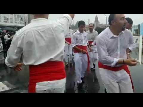 La lluvia no impide la celebración de la tradicional Danza das Espadas en Marín