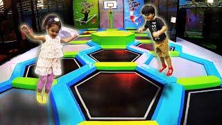 Brincando de Pula Pula e Escorregador Infantil no Playground Velocity