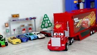 Парковка и игрушечные машинки. Трейлер грузовик Мак из мультфильма Тачки