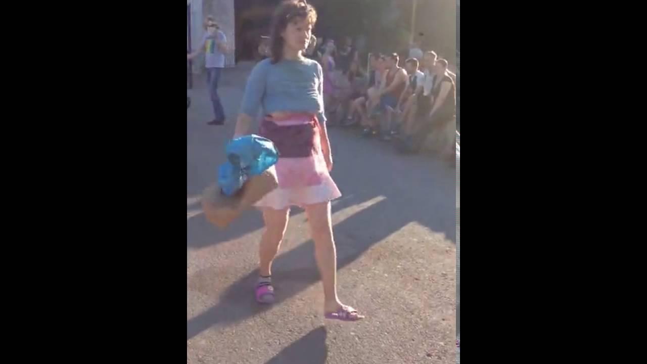 Женщинатанцует и  раздевается перед детьми в центре Волгодонска
