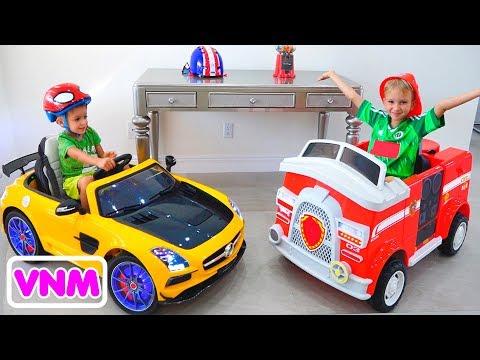 Vlad và Nikita trưng bày đồ chơi ô tô ở nhà mới