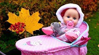 Vidéo en français pour enfants. Bébé born Annabelle. Promenade dans le parc d'automne