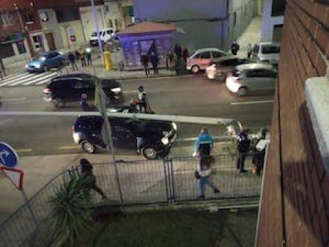 Un vehículo se estrella contra una farola delante de la central de policía de Santander