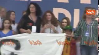 Salvini sul palco di Pontida insieme a una bambina di Bibbiano