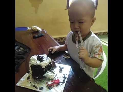 Lucu Gokil Anak Ini Makan Kue Youtube