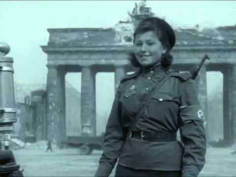 """""""Регулировщица Победы"""" - Лидия Овчаренко, Бранденбургские ворота, 1945, Берлин, Германия"""