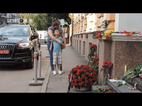 В Москве возлагают цветы у испанского посольства в память жертв терактов