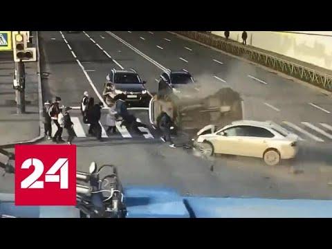 Две машины врезались в толпу людей на переходе в Петербурге - Россия 24
