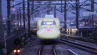 新富士駅を出発するドクタイエロー。入れ違いに、JR西日本のN700系