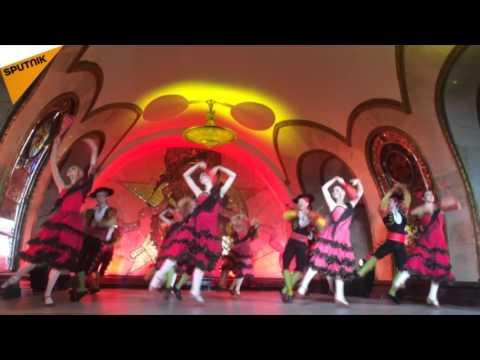 Les artistes du Ballet du Kremlin dansent à la station Novoslobodskaïa
