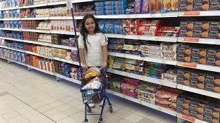 أصغر طفلة تتسوق داخل السوبرماركت مع أصغر عربة شوفوا شو  صار مع شفا. وطاحت 😱
