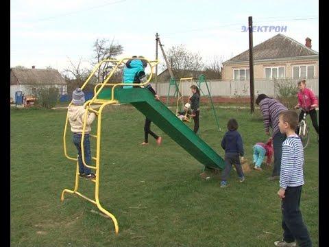 Жители поселка Ахтырский пытаются отстоять детскую площадку.