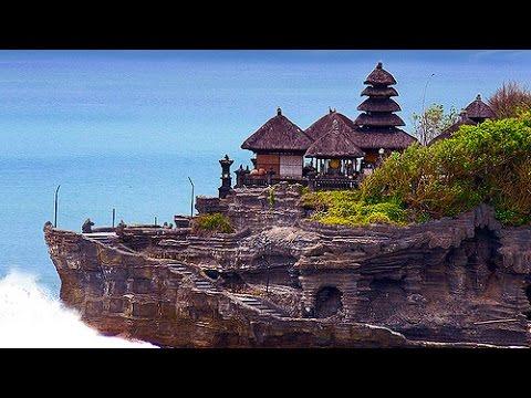pura luhur uluwatu temple water bali indonesia