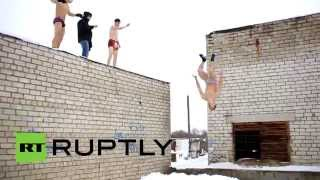 Русская зима: полуголые паркурщики делают сальто в сугробы