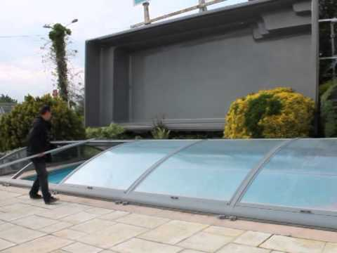 Abri de piscine visio systeme d 39 ouverture innovant youtube for Abri piscine azenco