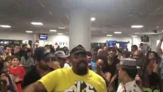 Elenco do musical 'O Rei Leão'  cantam em aeroporto
