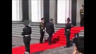 Солдат упал в обморок, уронил оружие. Инцидент на Инаугурации! Президент Порошенко(Это видео создано с помощью видеоредактора YouTube (http://www.youtube.com/editor) На инаугурации очередного президента..., 2014-06-09T10:06:24.000Z)