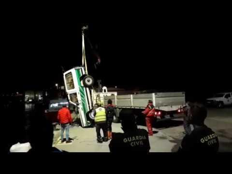 Así fue el izado del vehículo que cayó al mar desde el puerto de Burela