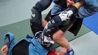 Классика самбо- атака на две ноги.(Забираем две ноги выше стопы и переворачиваем противника на живот, делаем болевой на Ахилл(больно и колену..., 2016-09-26T20:34:42.000Z)