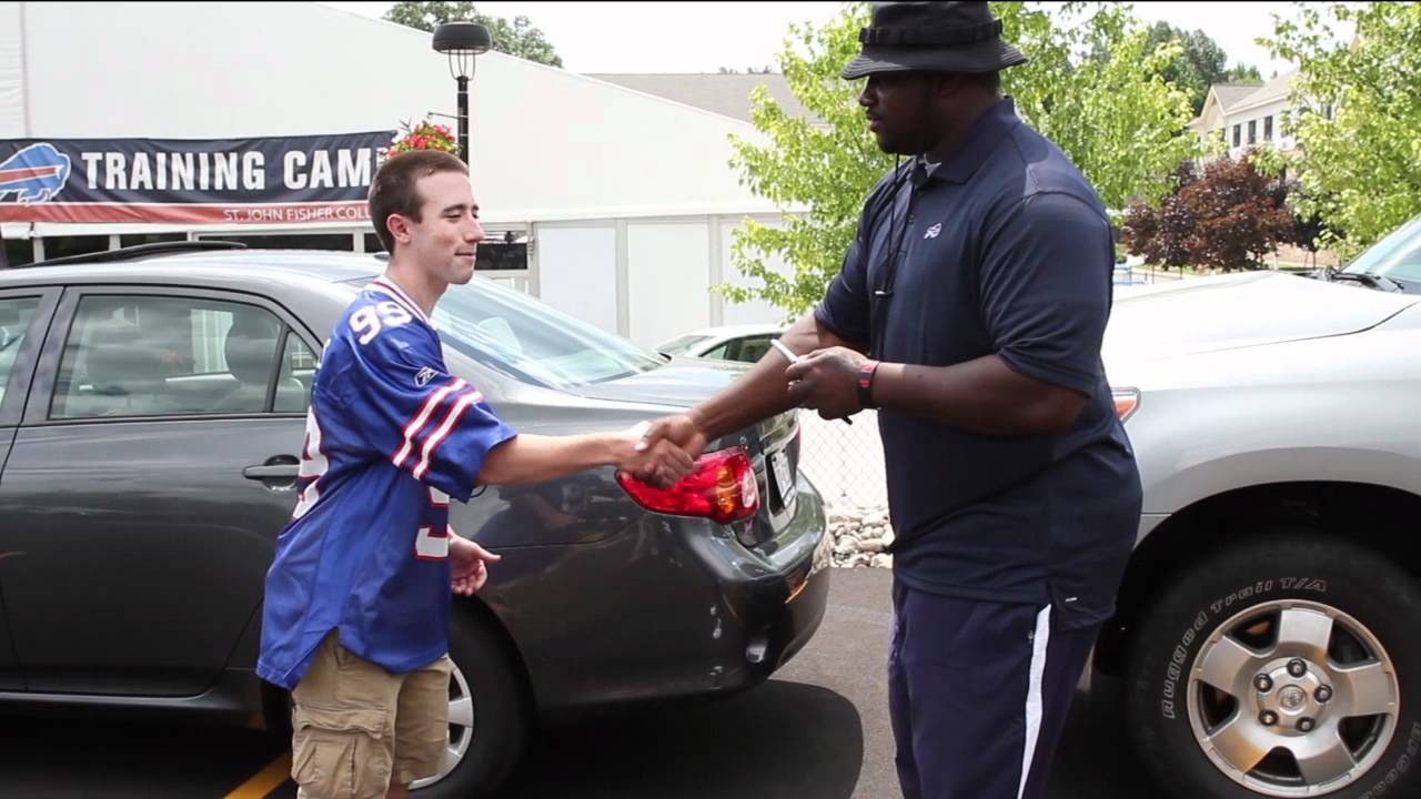 Marcell Dareus lifts car