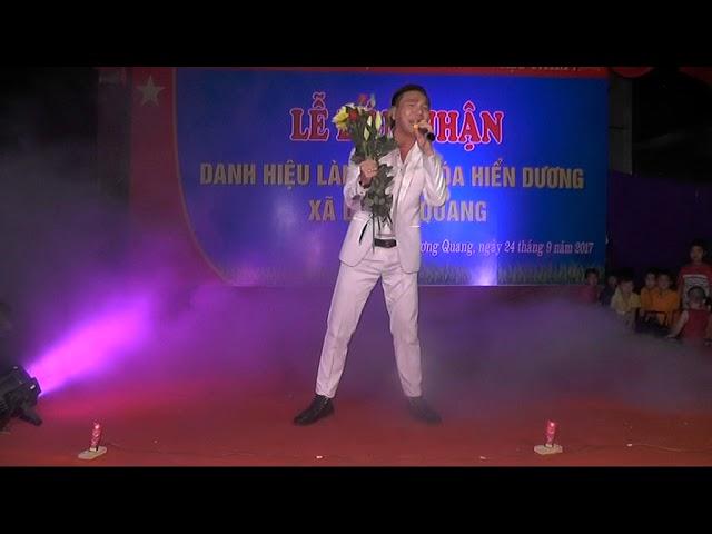 Ca sỹ Châu Việt Cường hát tại làng văn hóa thôn Hiển Dương