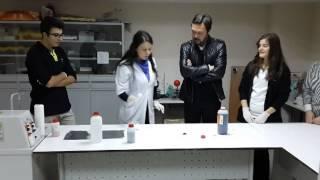 Engin BENLİ (oyuncu-tiyatrocu) Kocaeli Doğa Koleji nde kimya deneyi yaptı