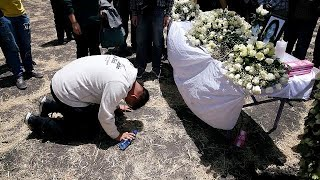 Grieving families weep for relatives at Ethiopia crash site thumbnail