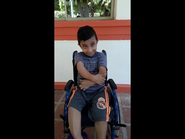 Niño con 'huesos de cristal' urge por ayuda médica