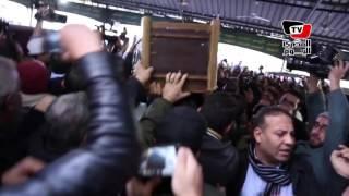 لحظة خروج جثمان ممدوح عبد العليم إلي مثواه الأخير من مسجد مصطفى محمود