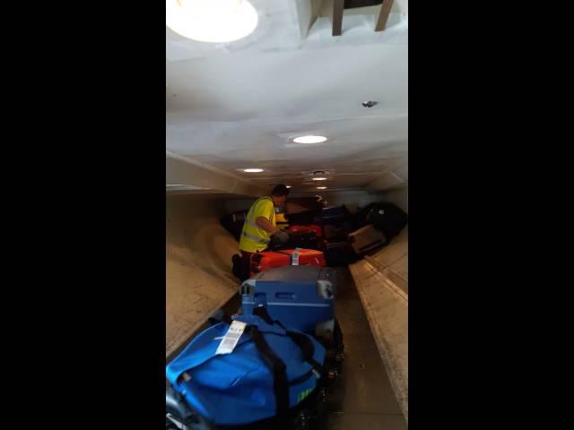 Zo worden koffers geladen van vakantie gangers