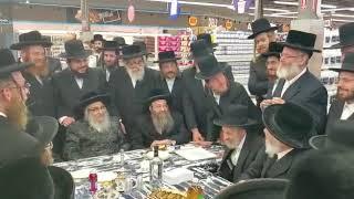 Badchan Yonoson Schwartz sings for Satmar Rebbe at grand opening of a new Bingo
