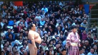 The final match of the day on Day 14 is a yokozuna battle between i...