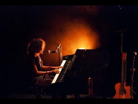 Irina-R - Charming Eyes (piano/voix) - Live @ Les Trois Baudets