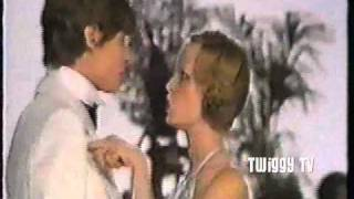 TWIGGY and PAUL JONES perform A FINE ROMANCE (1974) ツイッギー 検索動画 28