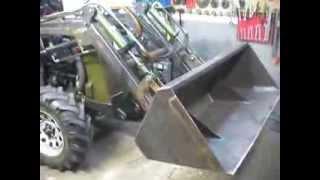 Traktorek Rosomak z ładowaczem czołowym i samopoziomowaniem.
