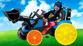 Синий Трактор колесо потерял. Малыш сделал колесо как апельсин