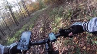 젖은 산길 언덕에서 자전거 타고 비엠케이(BM…
