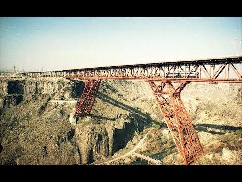 Грузовой тяжеловесный поезд пересекает  двухэтажный  Нор-Ачинский мост в Армении