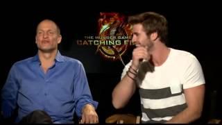 فيديو وودي هارلسون نجم Hunger Games يحرج ليام هيمسورث