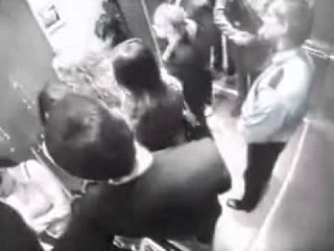 Двое мужиков целуются в лифте