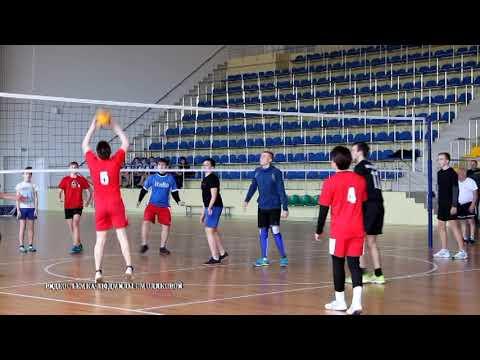 Ребята из Костюкович играют в волейбол