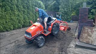 Mielenie góry ziemi. Kubota ASTE A-155 traktorek ogrodniczy. www.akant-ogrody.pl