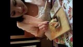 Крошка Ди учит как правильно есть суши 2.3gp