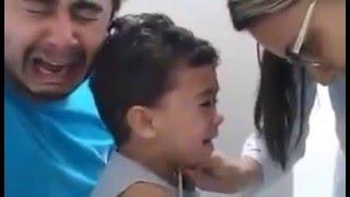 ילד בוכה מבדיקת דם והאבא בוכה מרוב שכואב לבן שלו