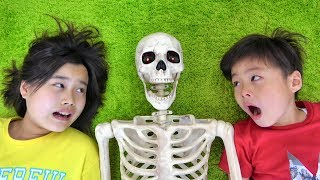 Download Skeleton came to m&m's shop Frieze to not notice ガイコツ お店屋さんにキタ!! おゆうぎ こうくんねみちゃん Mp3 and Videos