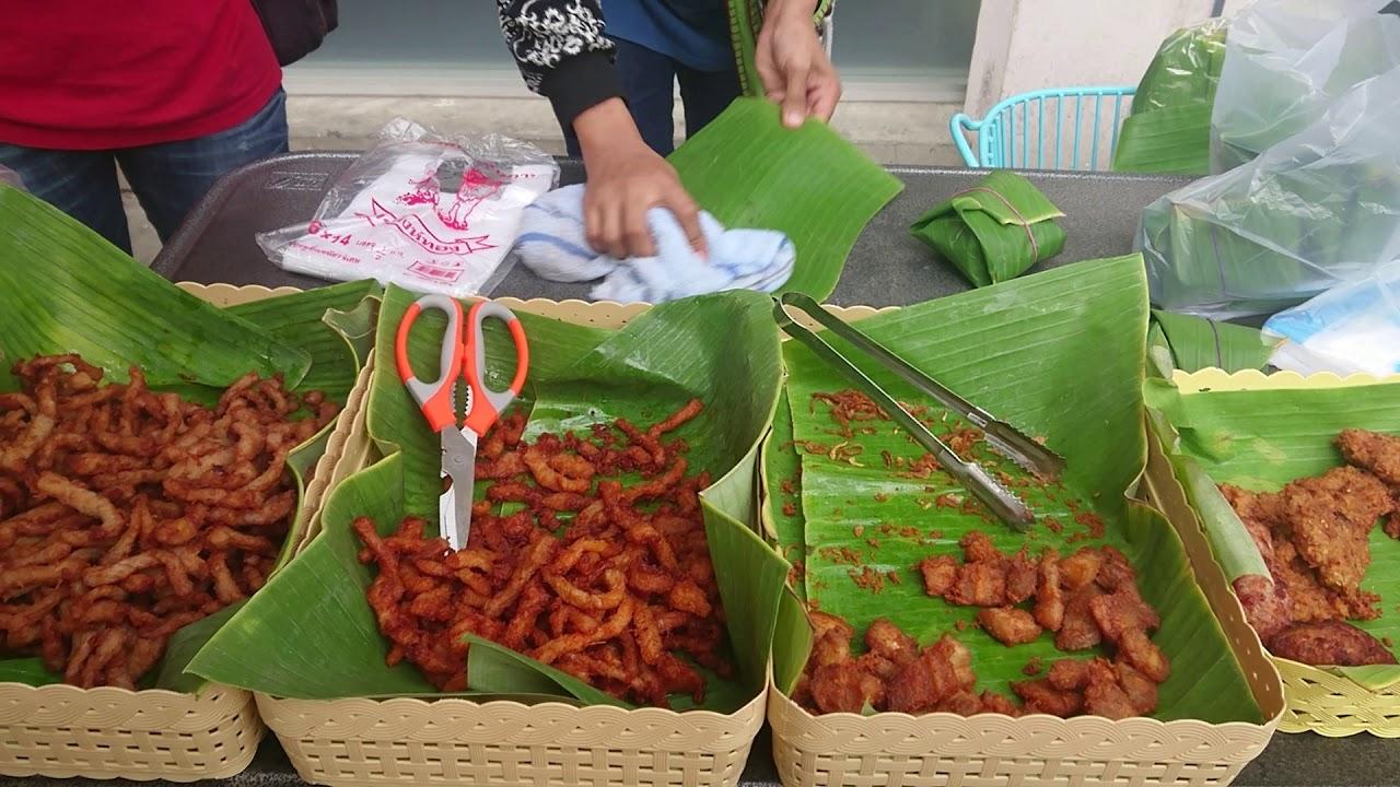 Thai Street Food มื้อเช้า ข้าวเหนียวหมูทอดห่อใบตอง sticky rice and fried pork wrapped in banana leaf