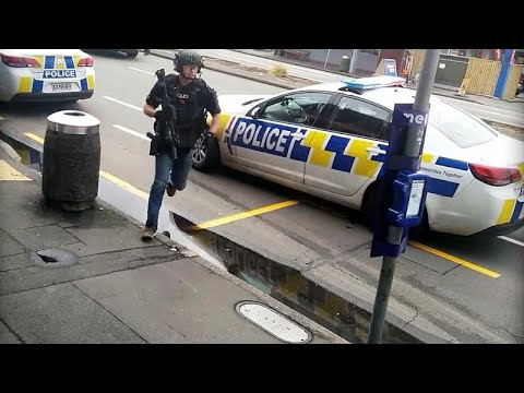 شاهد: لحظة اعتقال مشتبه بهم في الهجوم الارهابي على مسجدين في نيوزيلندا…  - 21:53-2019 / 3 / 15
