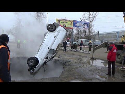 В Пензе возбуждено уголовное дело после падения автомобиля с людьми в яму с кипятком.
