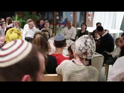 """תיעוד מרגש: יונתן רזאל שר """"והיא שעמדה"""" עם יתומי הטרור"""